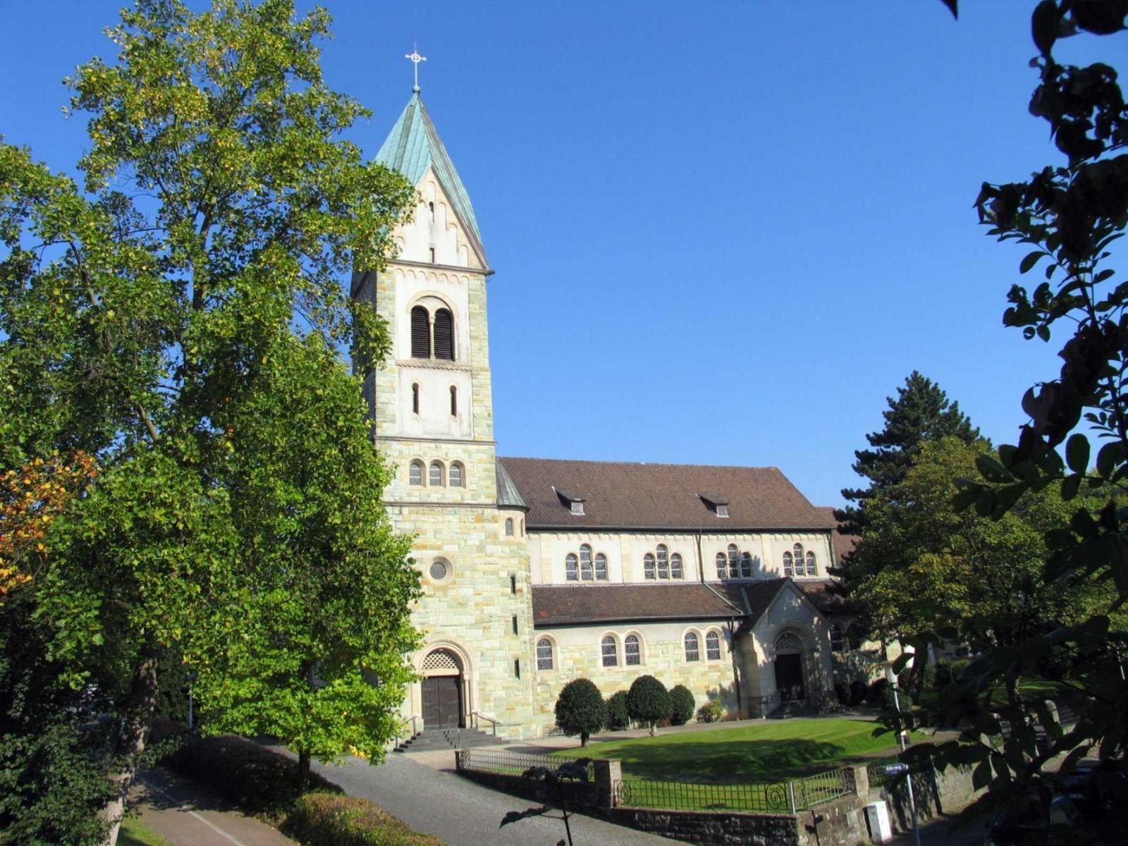 Außenaufnahme der Herz-Jesu-Kirche in Bochum Werne